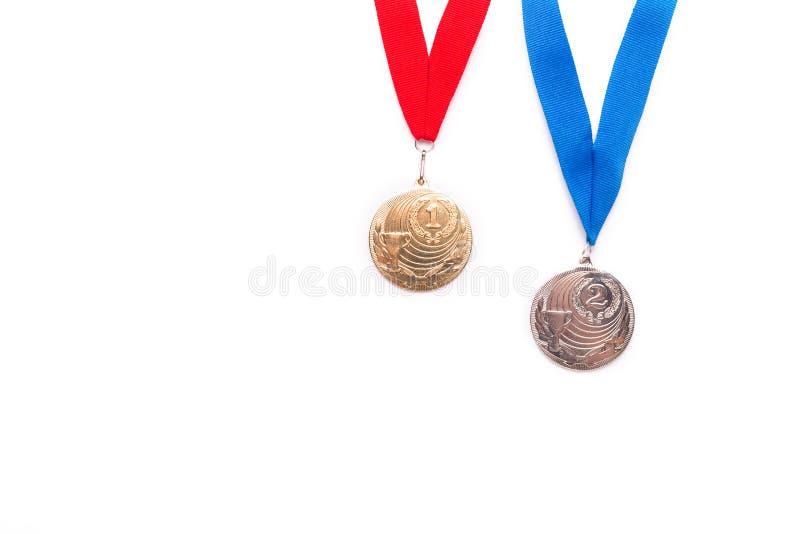 与丝带的金和银牌在白色背景 免版税库存图片