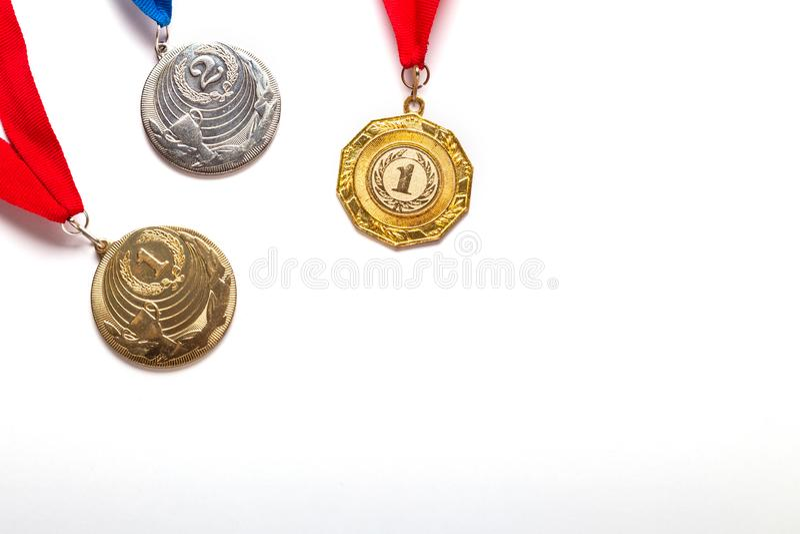 与丝带的金和银牌在白色背景 免版税库存照片