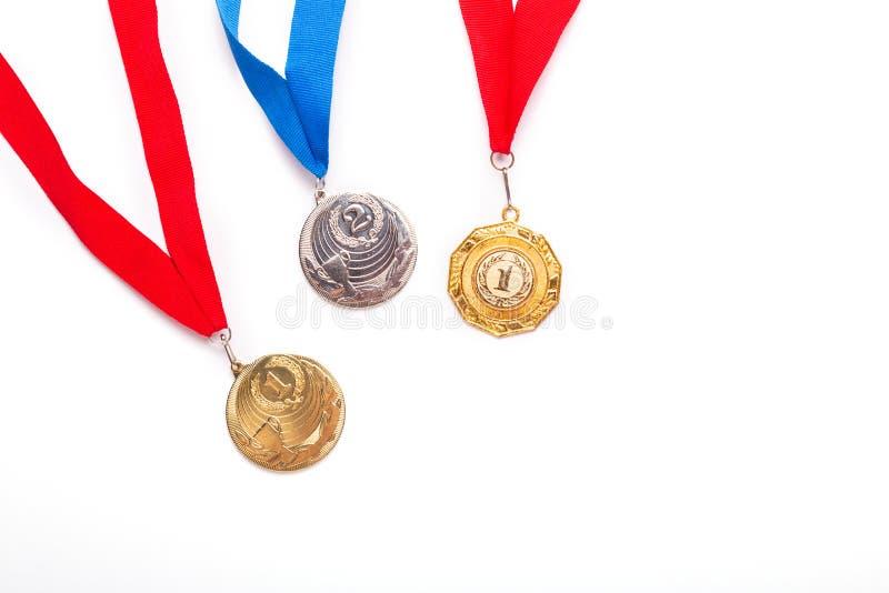 与丝带的金和银牌在白色背景 图库摄影