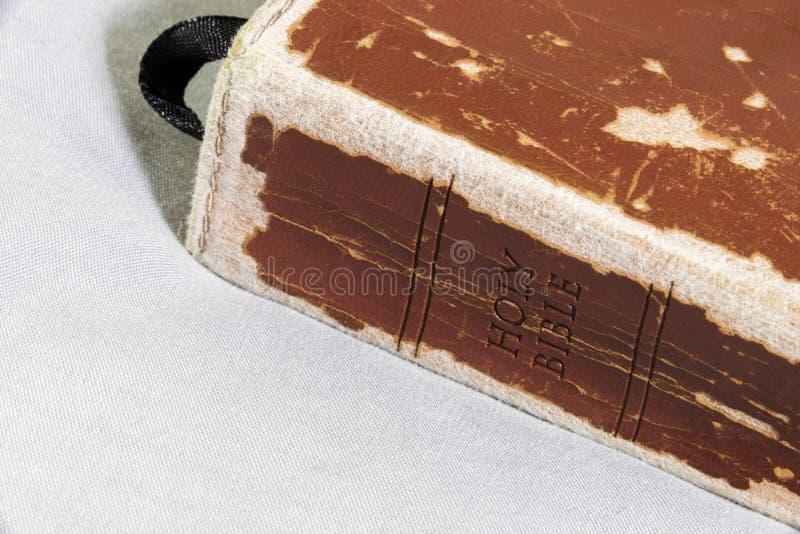 与丝绸缎带书签的破旧和被爱的皮革圣经 库存照片
