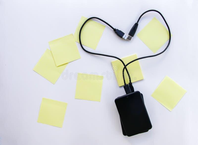 与两个外在硬盘和五颜六色的纸贴纸的构成 库存图片
