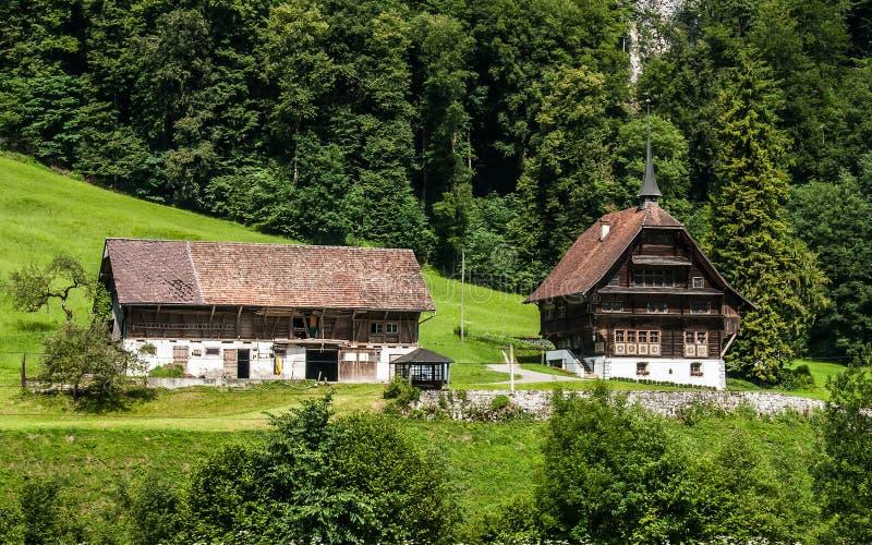 与两个好的房子的一个美好的夏天风景,阿尔卑斯的山麓小丘位于昂热尔贝格,瑞士 免版税图库摄影