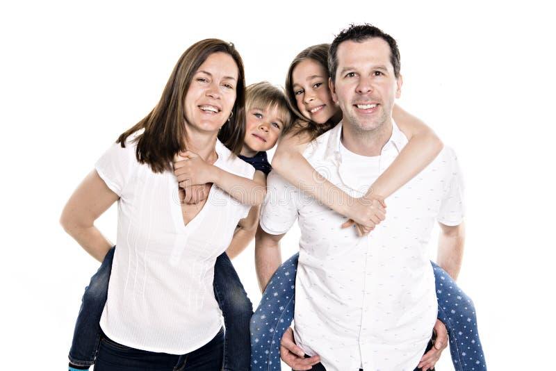 与两个孩子的愉快的家庭在演播室白色背景 图库摄影