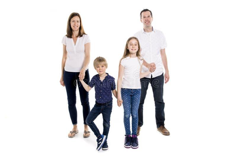 与两个孩子的愉快的家庭在演播室白色背景 免版税库存照片