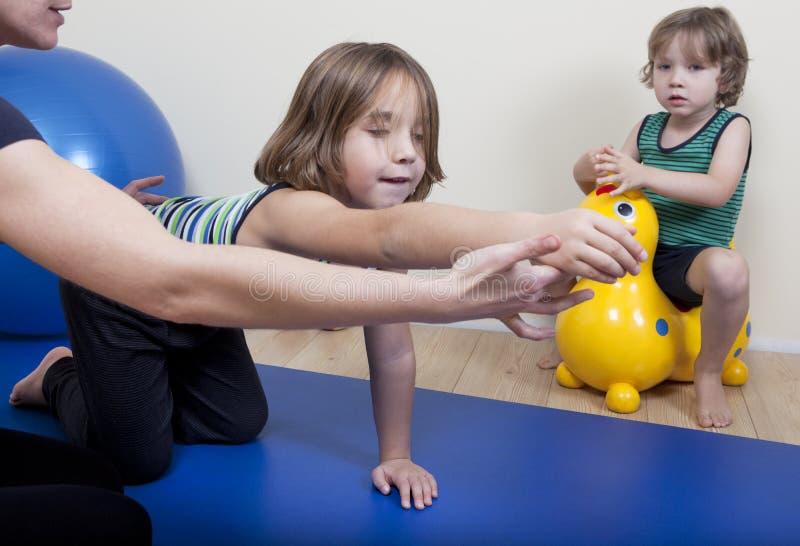 与两个孩子的物理疗法 库存照片