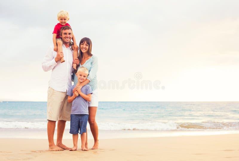 与两个小孩的愉快的家庭 库存图片