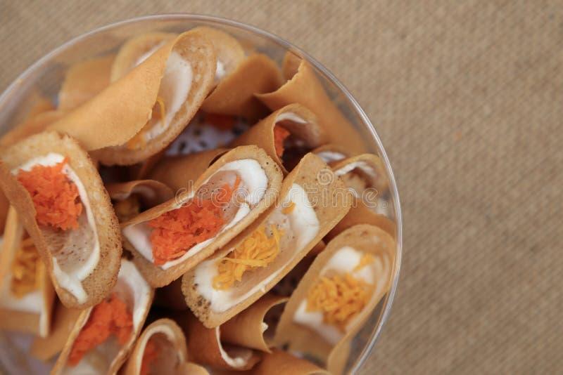 与两个样式味道,黄色的泰国酥脆薄煎饼一样甜和红色象被盐溶 图库摄影