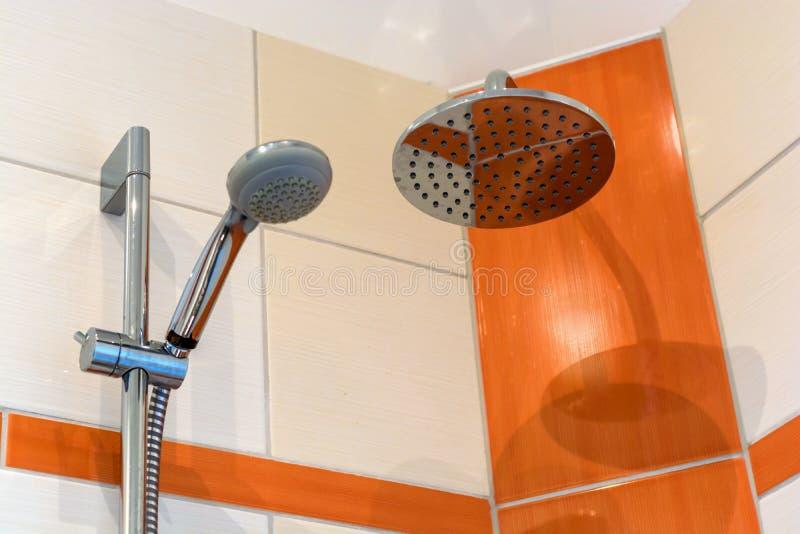 与两个淋浴喷头和现代瓦片镜子的阵雨 图库摄影