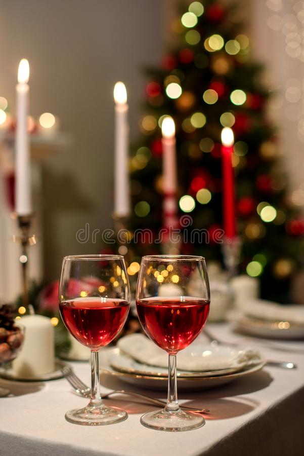 与两个酒杯的服务的假日桌 免版税图库摄影