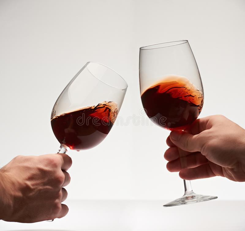 与两块红葡萄酒玻璃的愉快的欢呼 库存图片