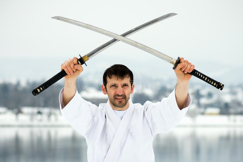 与两把剑的武术 库存图片