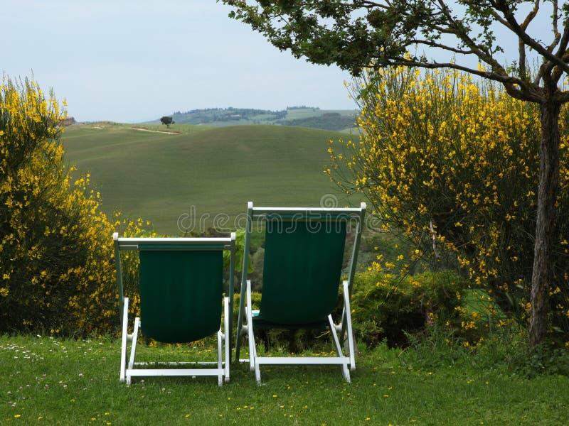 与两把椅子的托斯坎看法在前景 免版税库存照片