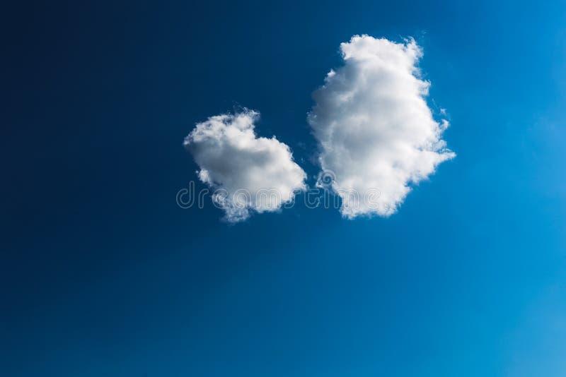 与两朵白色云彩特写镜头的蓝天 免版税库存照片