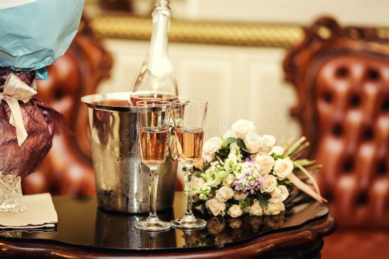 与两杯的婚礼装饰在仪式的香槟,婚姻 免版税库存照片