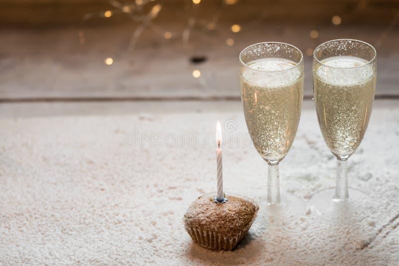 与两杯的浪漫,白色和金黄冬天背景香槟和结婚戒指 库存图片