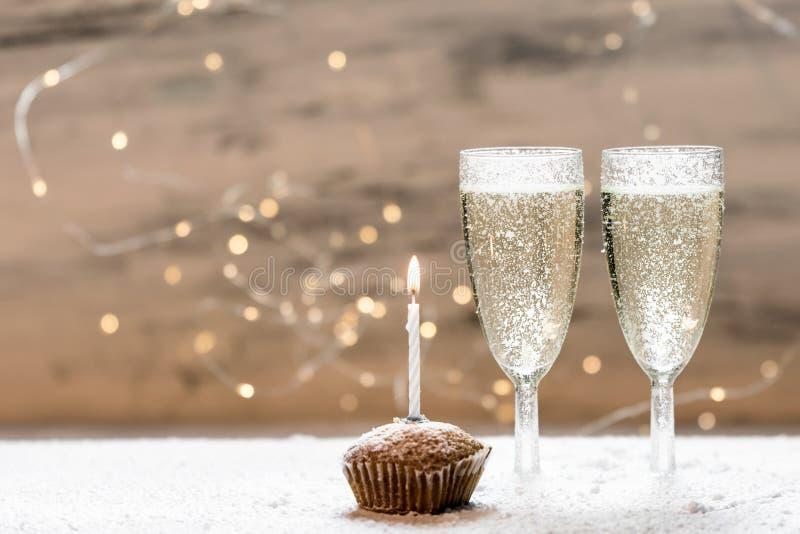 与两杯的浪漫,白色和金黄冬天背景香槟 免版税库存照片
