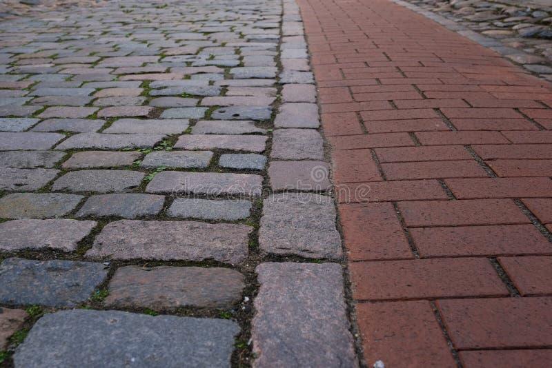 与两的特写镜头老小卵石路面鹅卵石 库存照片