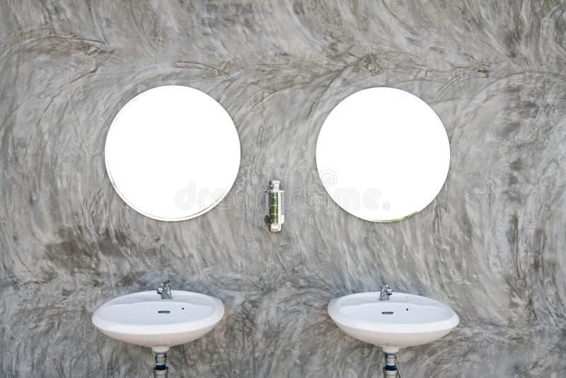 与两镜子的两个水槽 免版税库存照片
