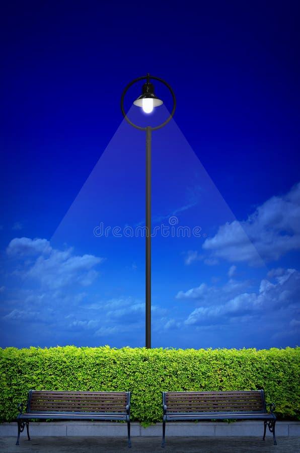 Download 与两长凳的街道照明 库存照片. 图片 包括有 亮光, 照明设备, 闪亮指示, 天空, 背包, 灌木, 都市 - 30337080