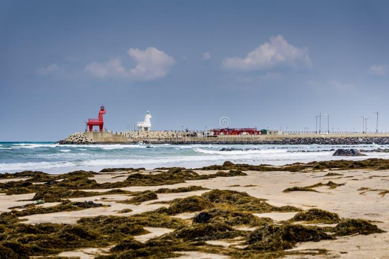 与两马的Iho Tewoo海滩塑造了灯塔 免版税库存图片
