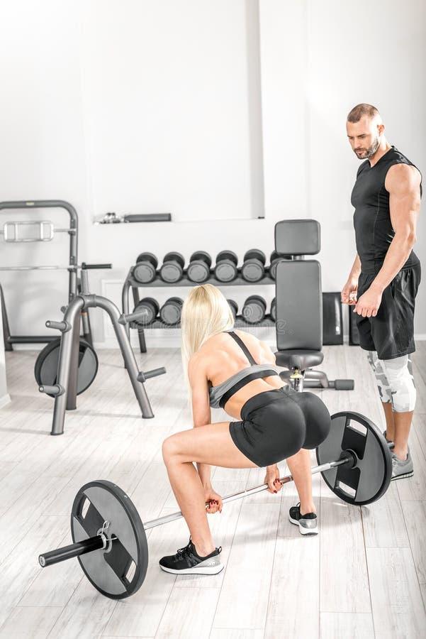 与个人教练员的Deadlift锻炼 免版税图库摄影