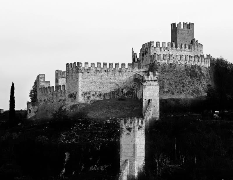 与中世纪墙壁的索阿韦维罗纳意大利古老城堡 免版税库存照片