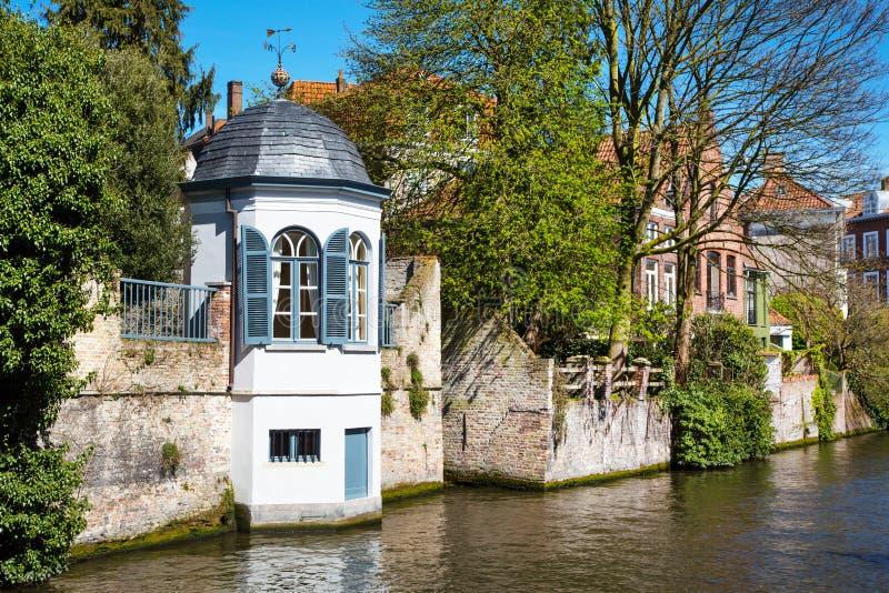 与中世纪房子和运河的都市风景在布鲁日,比利时 库存图片