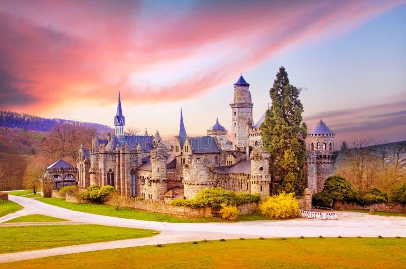 与中世纪狮子城堡的不可思议的风景或Lowenburg在Wilh 免版税库存照片