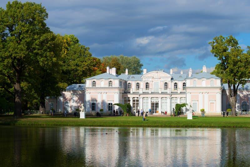 与中国宫殿的水风景 9月在Oranienbaum宫殿公园  俄国 免版税库存图片
