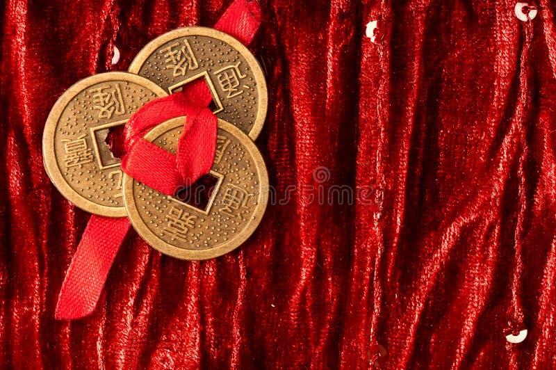 与中国幸运的硬币的背景 免版税库存照片