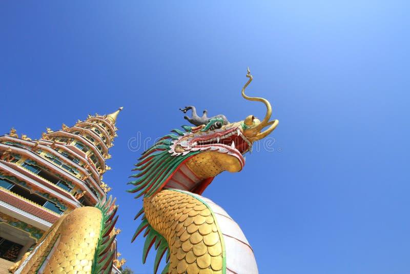 与中国式金黄塔的五颜六色的中国龙反对 免版税库存照片