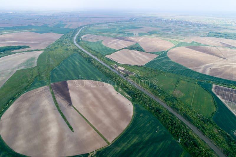 与中心灌溉系统的圆的领域 库存照片