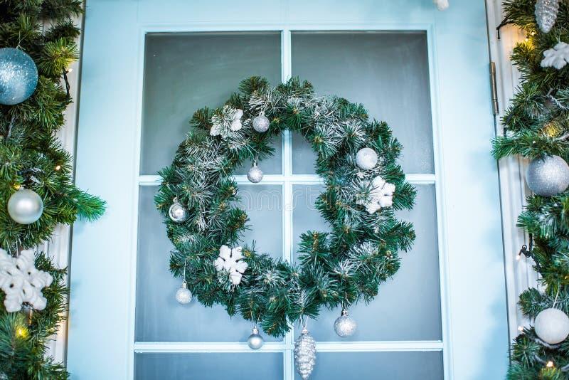与中看不中用的物品、锥体和常青树大树枝的圣诞节花圈 免版税图库摄影