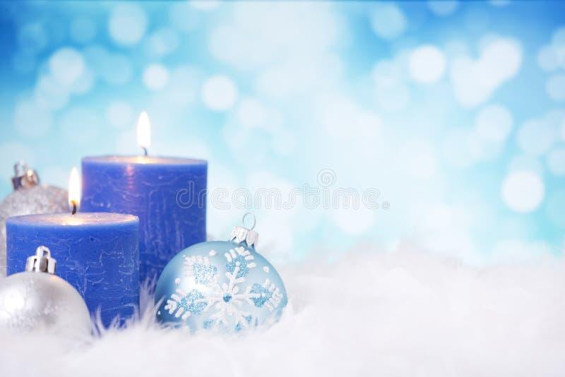 与中看不中用的物品和蜡烛的蓝色和银色圣诞节场面 免版税库存照片