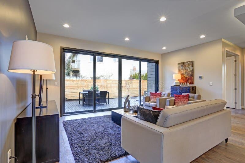 与中立家具的白色和灰色客厅内部 免版税库存照片