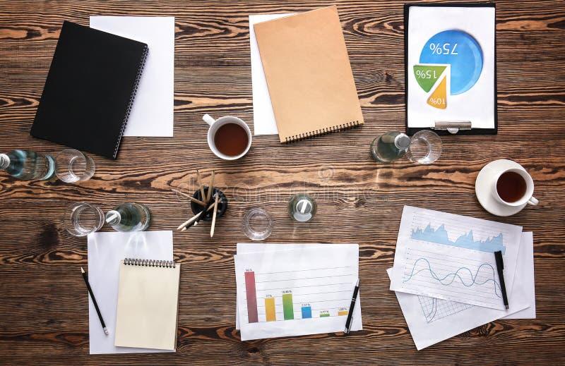 与为业务会议准备的文件的表,顶视图 免版税库存照片