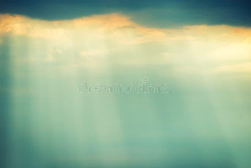 与乌云和明亮的光束的剧烈的风暴天空 库存照片