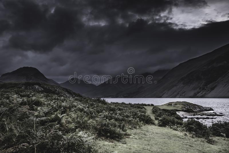 与乌云的剧烈的天空在风景山谷在湖区,英国 库存照片