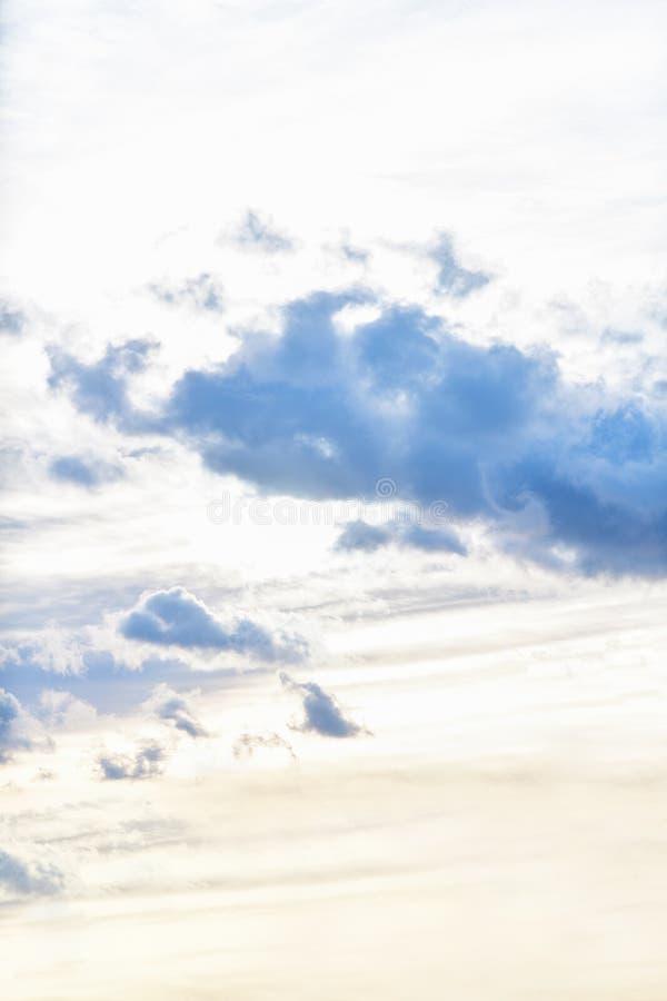 与乌云的天空在雨前,日落 ?? 免版税库存照片
