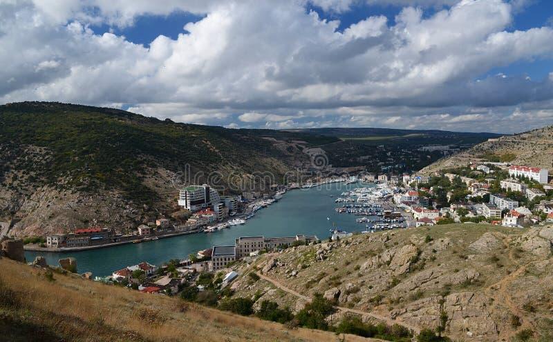 与乌克兰船的海洋海湾反对山背景  库存照片