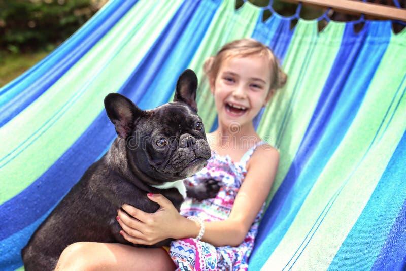 与乐趣的幸福与狗 免版税库存照片