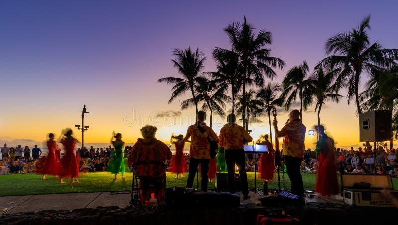 与乐队和棕榈树剪影的热带五颜六色的日落在威基基海滩 免版税库存照片
