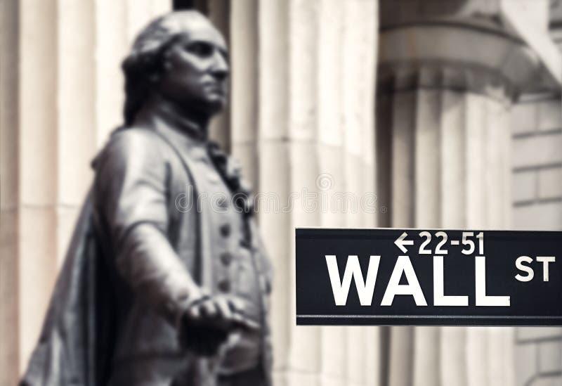与乔治・华盛顿和Fe雕象的华尔街标志  图库摄影