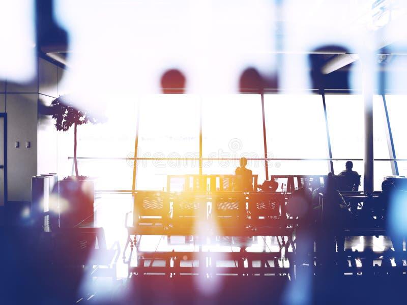与乘客剪影的两次曝光机场等待的搭乘的 库存图片
