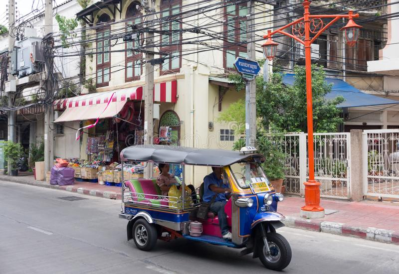 与乘客的一tuk tuk在唐人街,曼谷,泰国做它沿一条街道的方式 免版税库存图片