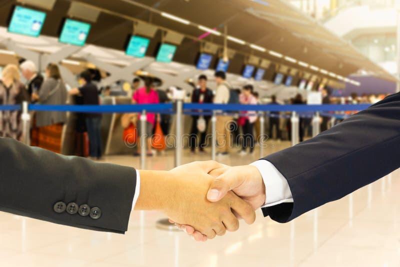 与乘客的企业概念性手震动在机场登记线 免版税库存照片