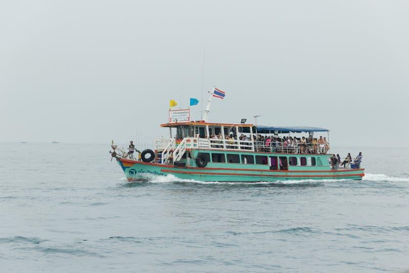 与乘客的游舫在机上在泰国的旗子下漂浮 库存照片