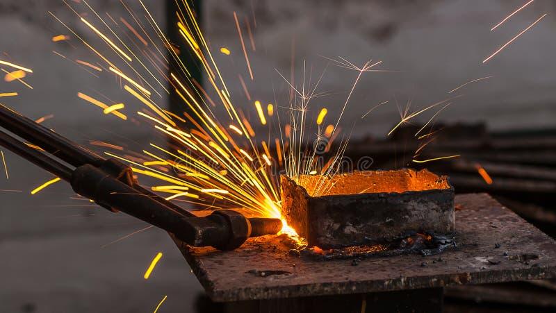 与乙炔火炬的金属切削,钢切口 图库摄影