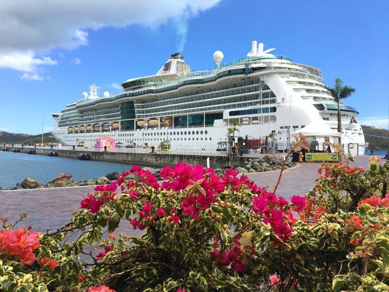 与九重葛的皇家加勒比-海的珠宝-游轮 免版税图库摄影