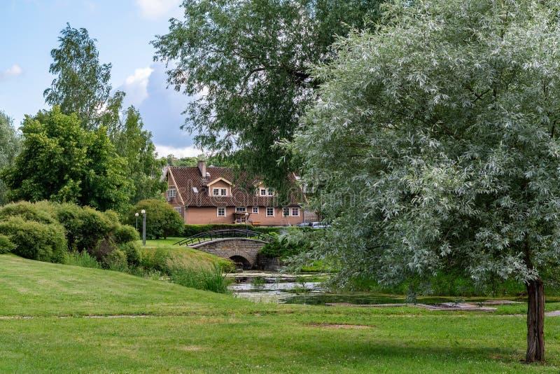 与乡间别墅的风景 免版税库存图片